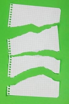 Pedaços rasgados de papel quadriculado