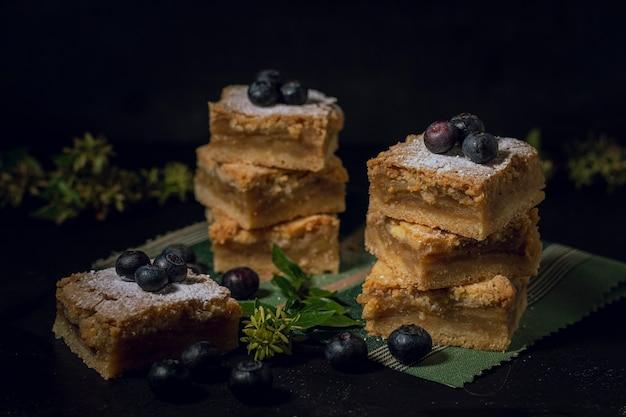 Pedaços saborosos de torta de mirtilos