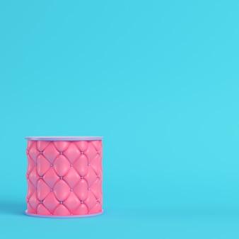Pedestal bordado em rosa sobre fundo azul brilhante em tons pastel