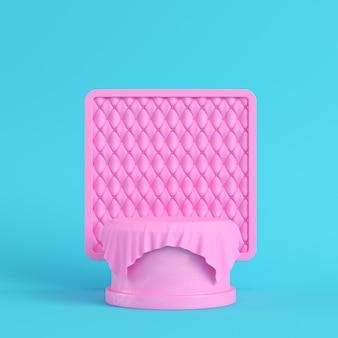 Pedestal rosa coberto por tecido com moldura quadrada em fundo azul brilhante em cores pastel