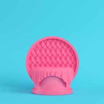 Pedestal rosa coberto por tecido com moldura redonda em fundo azul brilhante em cores pastel