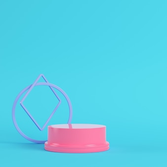 Pedestal rosa com formas geométricas em fundo azul brilhante em tons pastel
