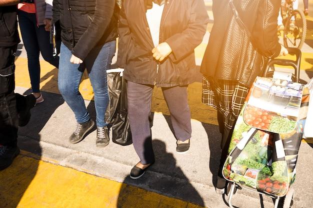 Pedestres, cruzando estrada, com, sacolas