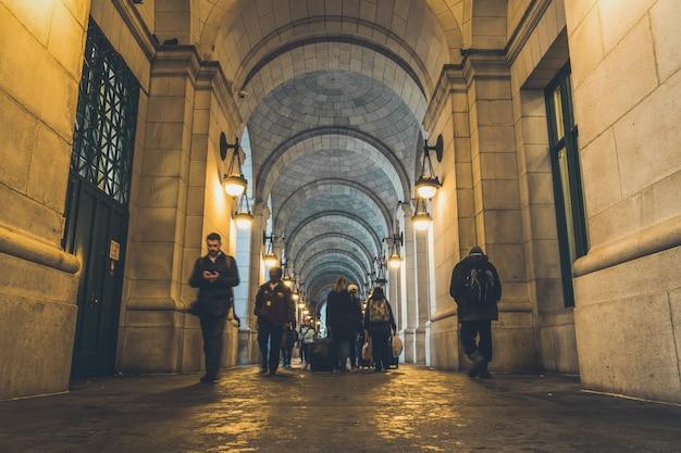 Pedestres irreconhecíveis andando na estação de trem de washington dc. estados unidos, washington union station é uma importante estação de trem.