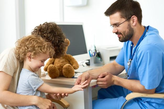 Pediatra com criança