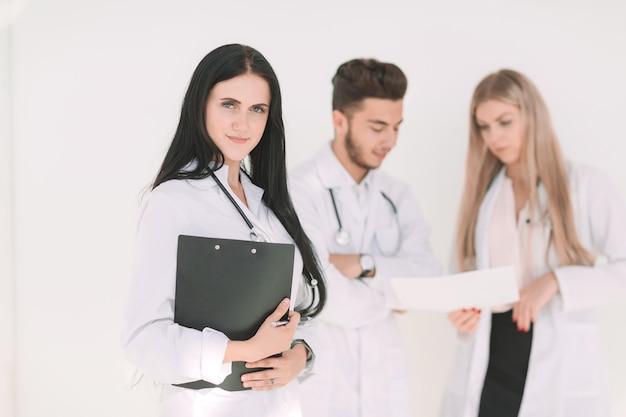 Pediatra de sucesso na frente de seus colegas