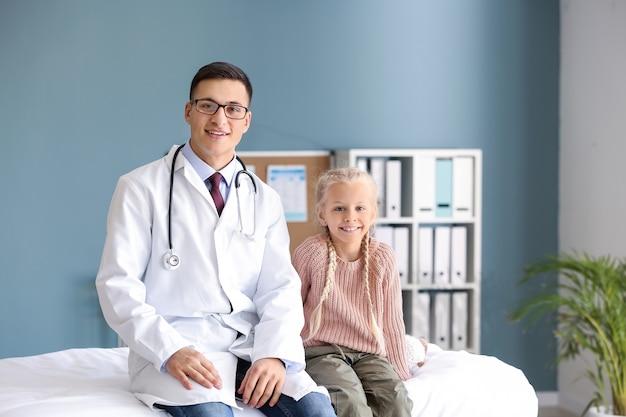 Pediatra e menina bonitinha na clínica