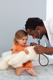 Pediatra, falando, com, um, menininha