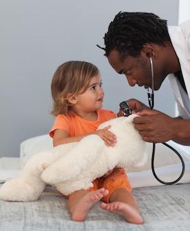 Pediatra falando com uma garotinha