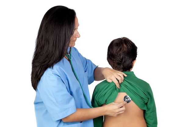 Pediatra mulher fazendo um check-up para criança isolada no branco