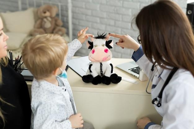 Pediatra, reunião com mãe e filho