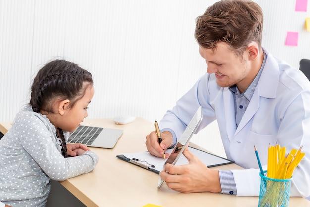Pediatra, tranquilizando e discutindo criança no quarto do hospital