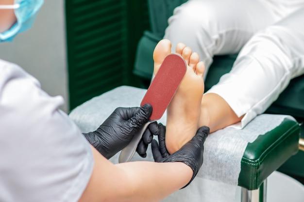 Pedicuro limpa pé com ralador especial para esfregar calcanhares de perto.