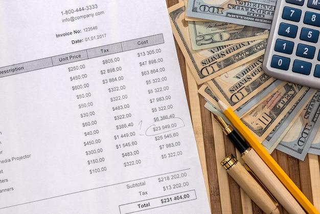 Pedido de compra verificado com caneta, calculadora e dólares