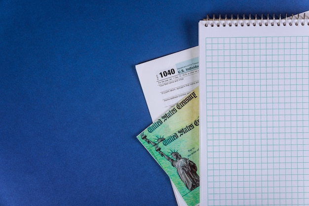 Pedido de preparação 1040 estímulo à declaração de imposto de renda individual dos eua cheque de declaração de imposto econômico com bloco de notas em espiral
