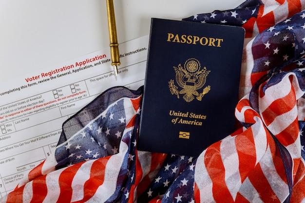 Pedido de registro de eleitor para eleição presidencial nos eua com passaporte dos estados unidos na bandeira dos eua