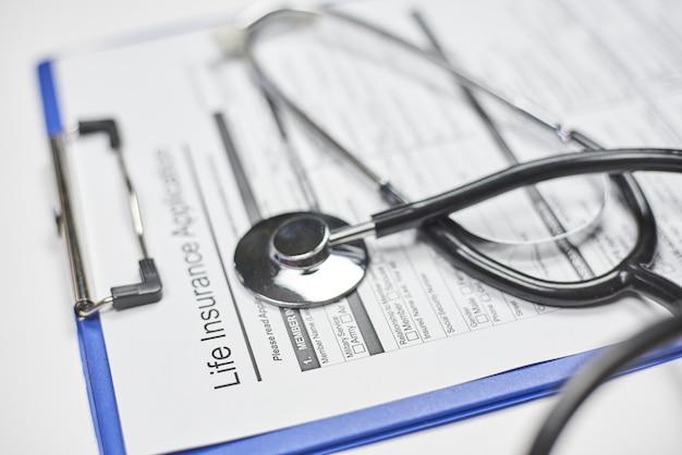 Pedido de seguro de vida em branco e um estetoscópio