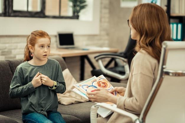 Pedindo conselho. linda garota falando com o médico enquanto pede conselhos