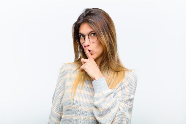 Pedindo silêncio e silêncio, gesticulando com o dedo na frente da boca, dizendo shh ou mantendo um segredo