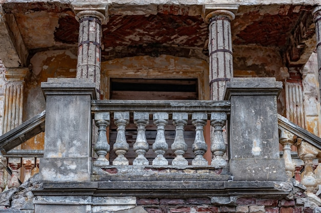 Pedra abandonada edifício do palácio em ruínas com colunas. grupo de entrada com belos detalhes arquitetônicos. fechar-se.