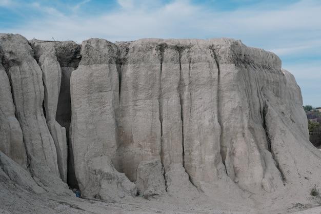 Pedra calcária branca em uma antiga pedreira abandonada