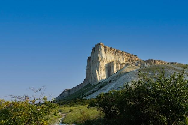 Pedra calcária branca, natureza selvagem da montanha, marco nacional. foto de alta qualidade