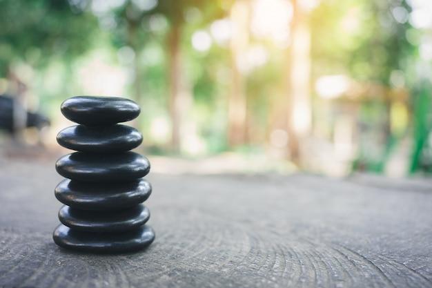 Pedra de equilíbrio com spa em fundo de natureza bokeh