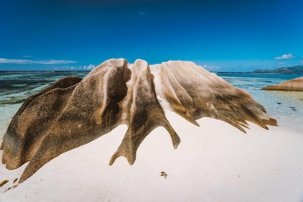 Pedra de granito moldada pelas ondas do mar na praia de anse source d'argent, ilha la digue, seychelles.