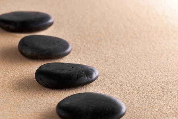 Pedra de meditação do jardim zen japonês na areia