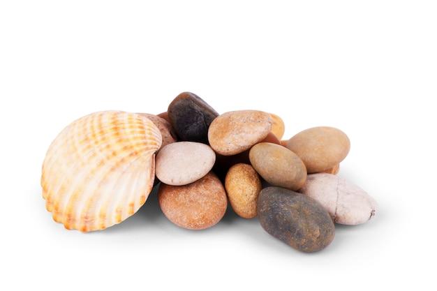 Pedra de seixos, monte de pedras isoladas no fundo branco, seixos do mar