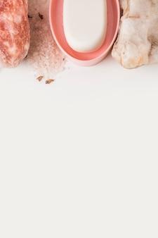 Pedra de spa; sal-de-rosa do himalaia e sabão em fundo branco