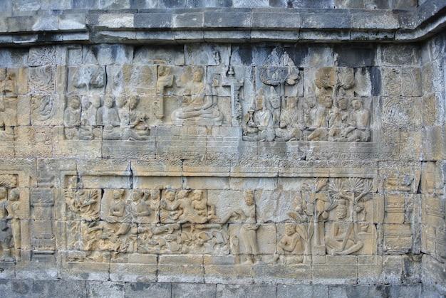 Pedra decorativa da herança cultural de ásia do lintel da parede de borobudur, java, indonésia