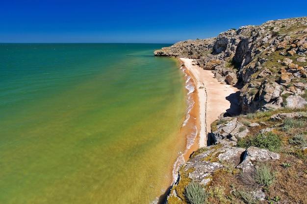 Pedra em uma praia arenosa