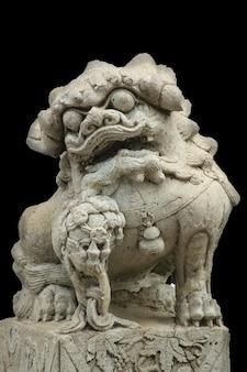 Pedra esculpida em um leão.