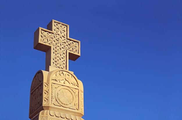 Pedra esculpida na cruz da catedral da santíssima trindade na cidade de tbilisi, geórgia
