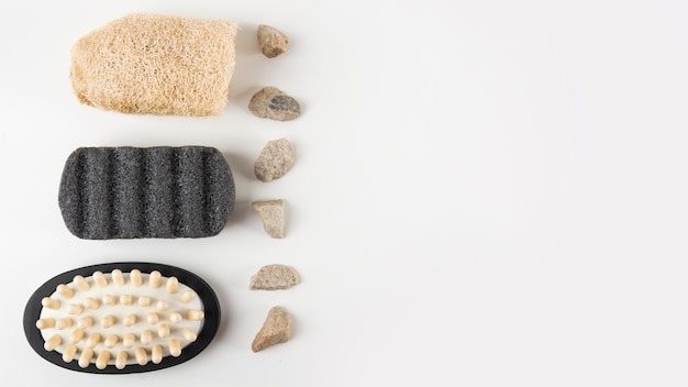 Pedra pomes; escova de massagem; pedras de bucha e spa isoladas no fundo branco