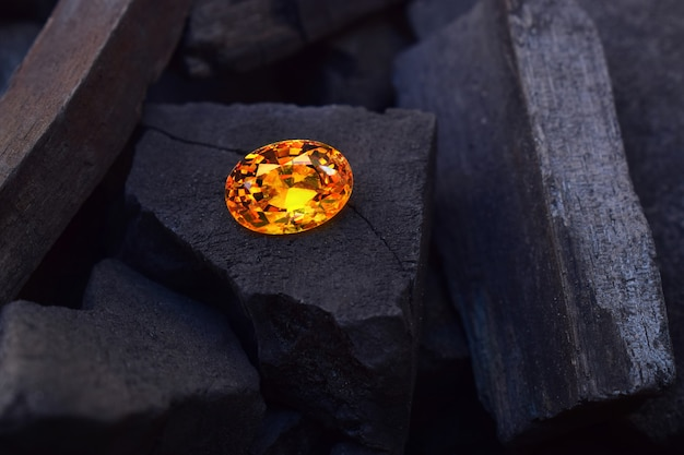 Pedra preciosa amarela em foco linda com reflexos