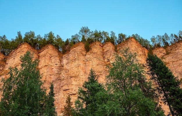 Pedra rochosa vetlan, montanhas urais, krasnovishersk, região de perm, rússia em raios de sol ao pôr do sol