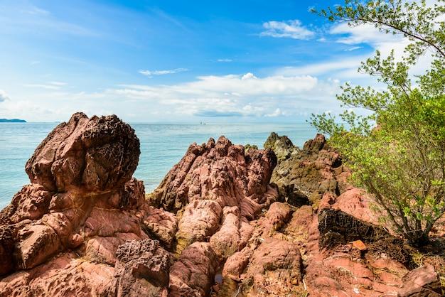 Pedra rosa perto da praia