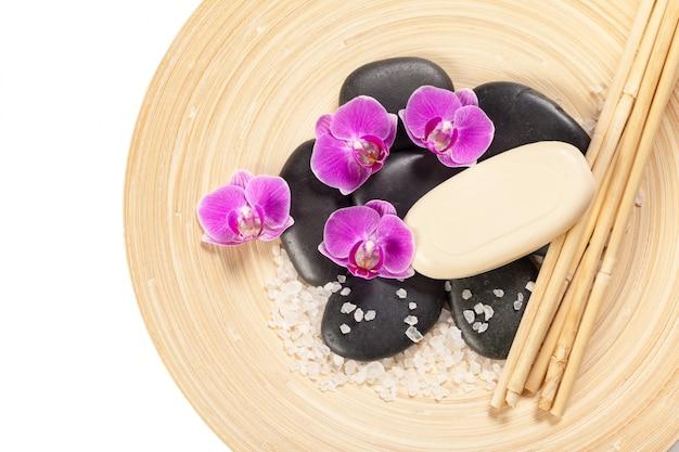 Pedra zen e orquídea. conceito de spa