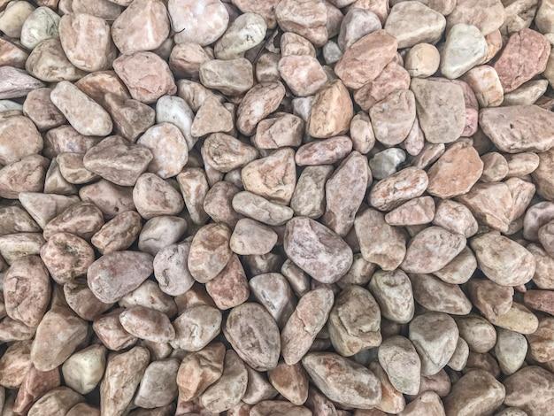 Pedras aleatórias vermelhas pequenas da rocha da forma moídas.