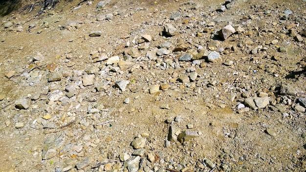 Pedras caem na areia