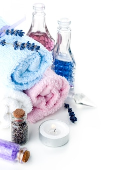 Pedras coloridas e toalha em um fundo branco