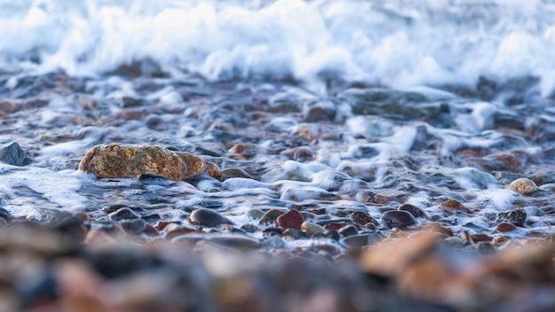 Pedras da costa de mar, ressaca, foco seletivo, exposição longa. tema da natureza