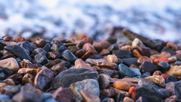 Pedras da costa de mar, ressaca, foco seletivo. tema da natureza