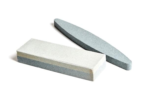 Pedras de afiar. mós isoladas em fundo branco
