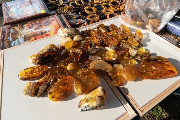 Pedras de âmbar no balcão do vendedor ambulante