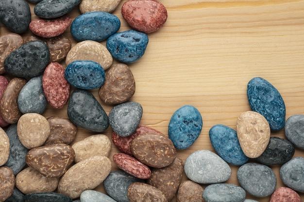 Pedras de doces de chocolate coloridas em fundo branco.