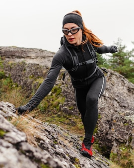 Pedras de escalada para corredor esportivo feminino