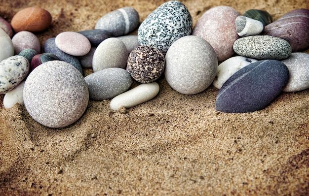 Pedras de fundo e areia de perto